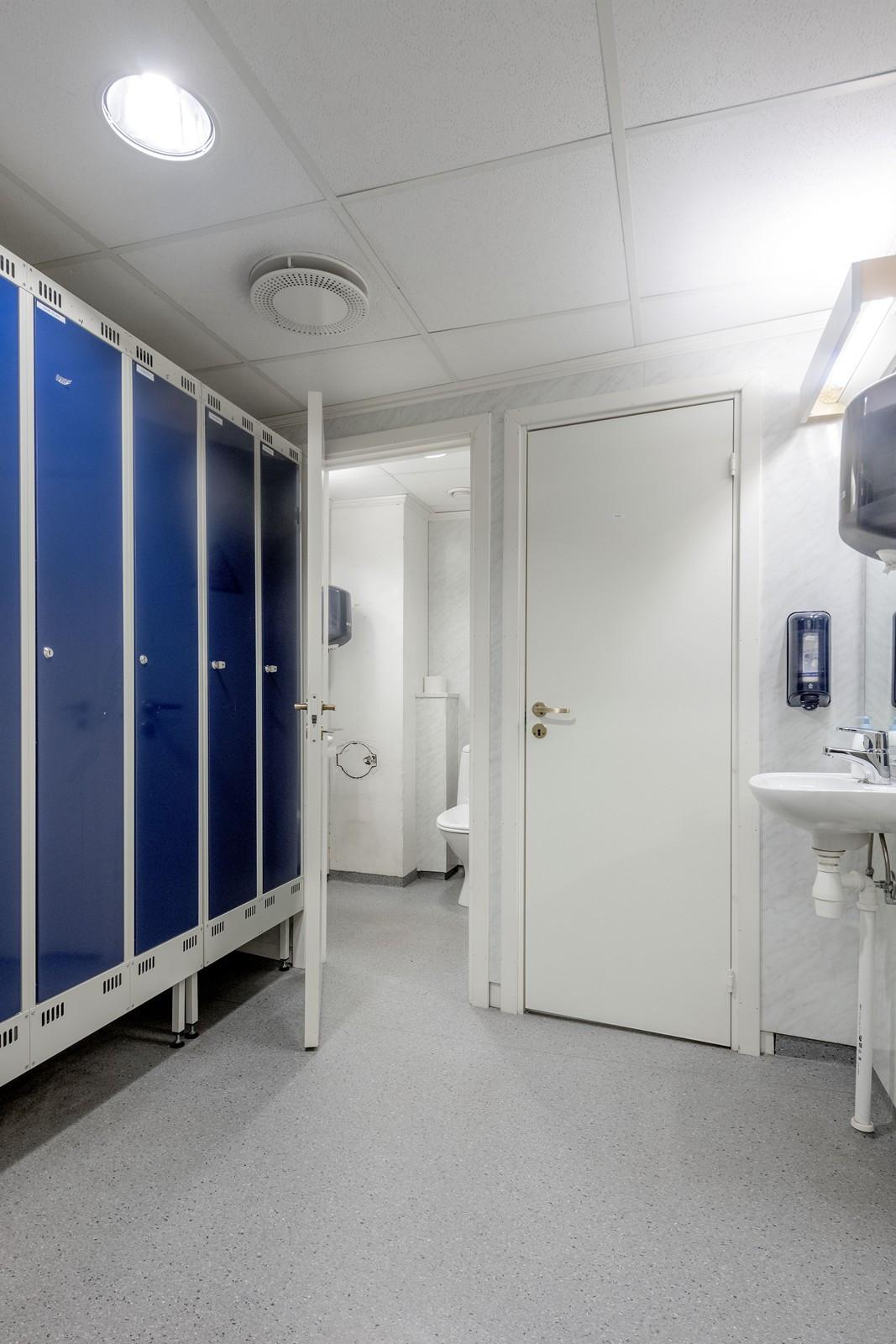 Garderobe og toaletter