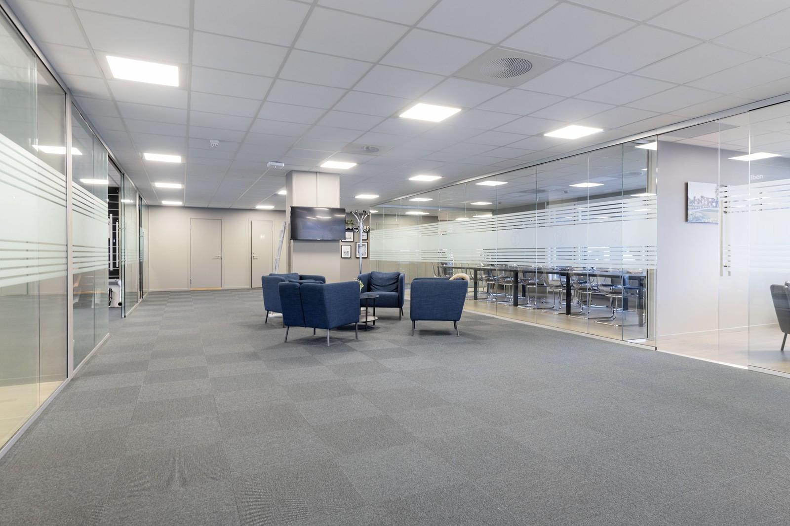 Utstrakt bruk av glass mellom kontor/møterom og fellesarealer