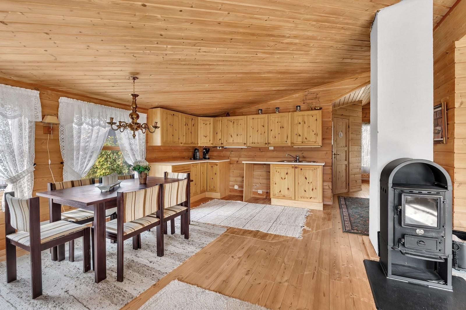 Det er etablert kjøkken i bakre del av stuen på loftet