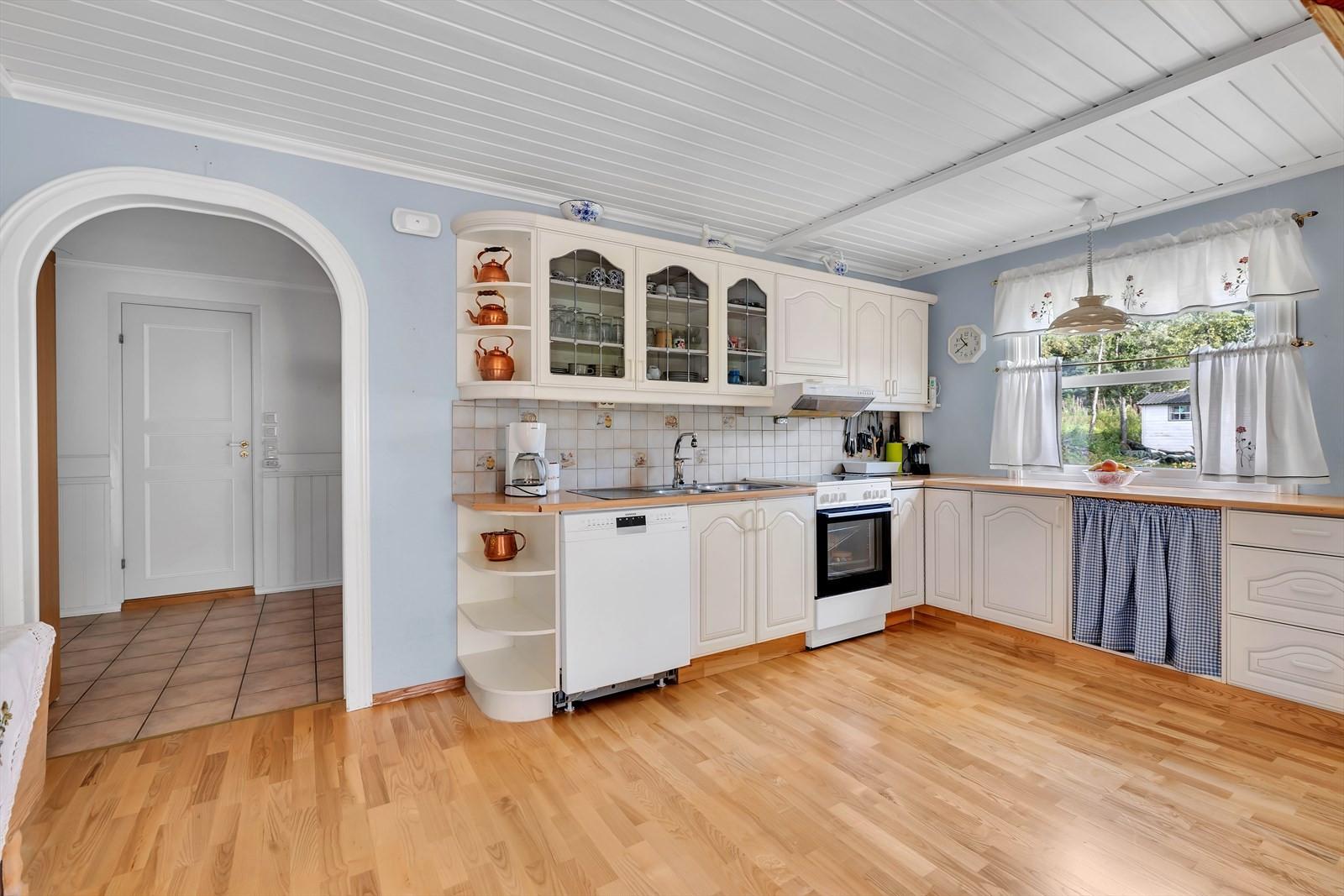 Kjøkkenet har god benkeplass