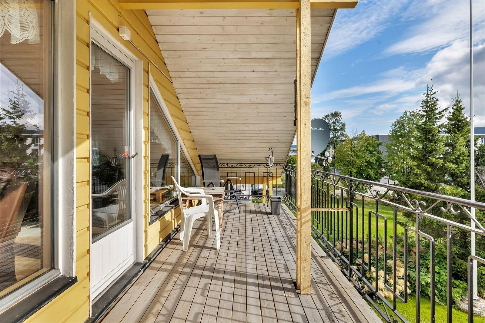 Takoverbygget veranda med utgang via balkongdør fra loftet