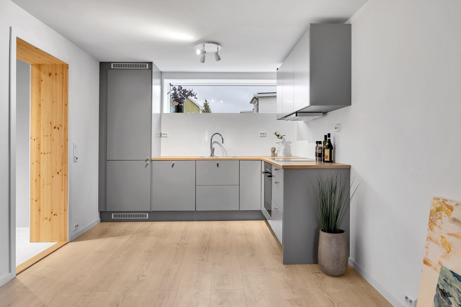KJøkkenet er av god kvalitet og har integrerte hvitevarer