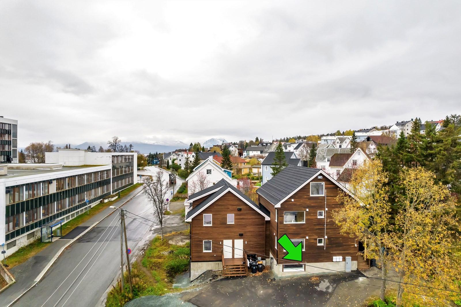Leiligheten er i sameie med to andre leiligheter pluss nabosameiet nærmere gaten.