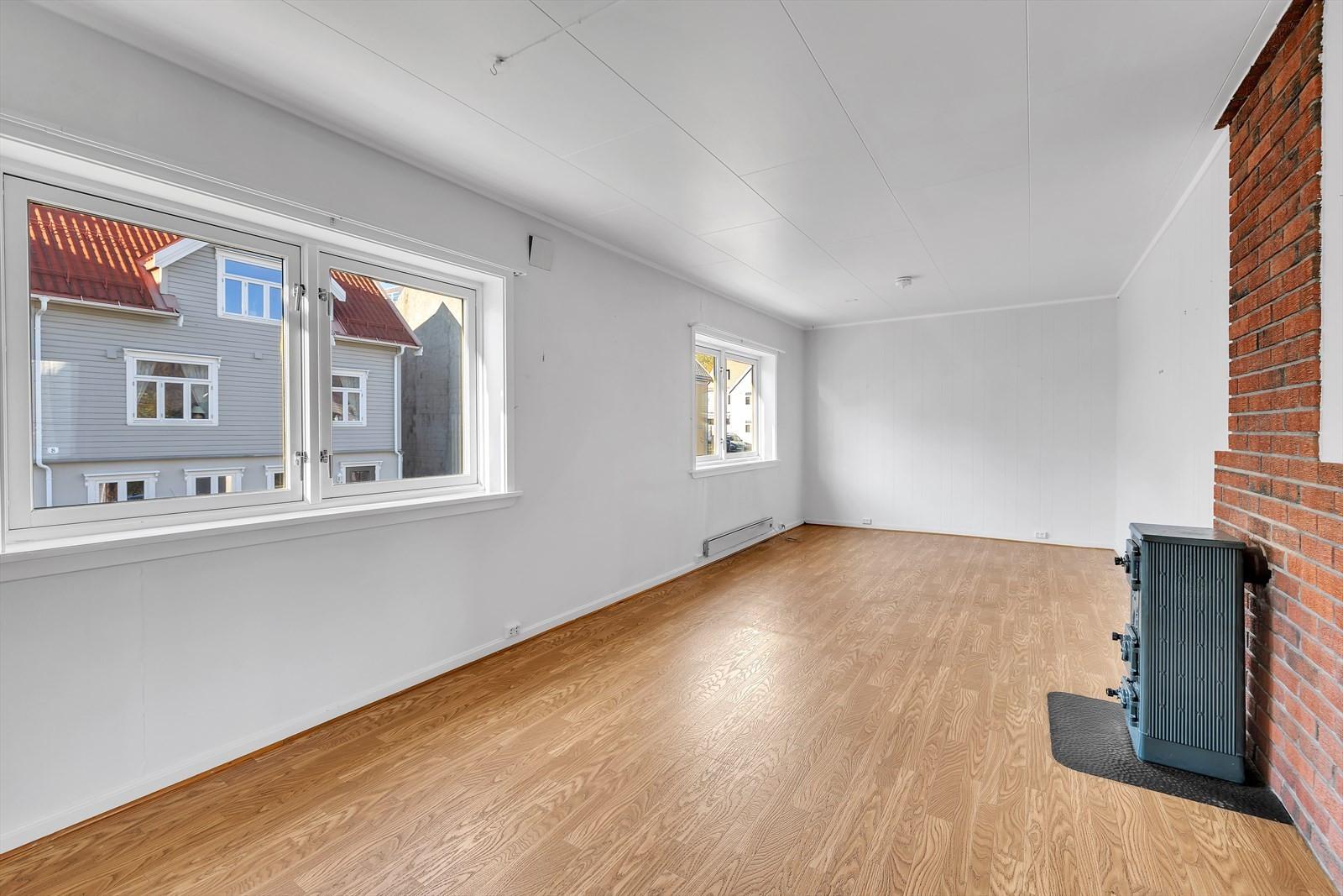 Leiligheten går over andre og tredje etasje i en bolig med to eierseksjoner
