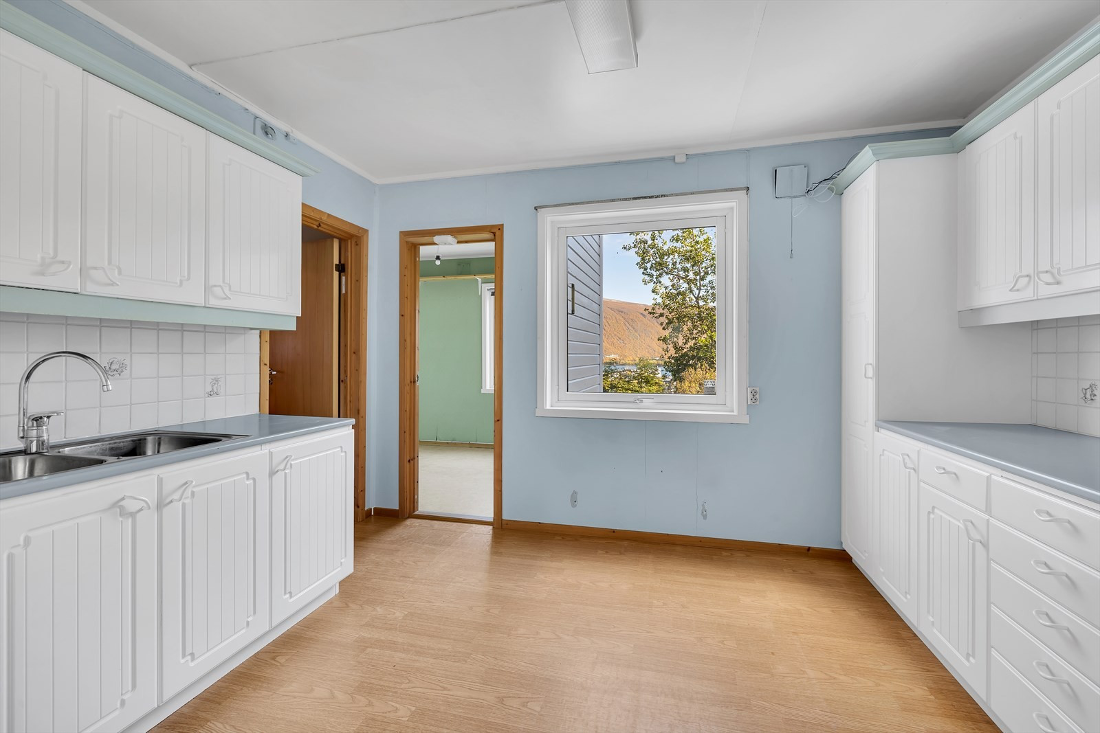Soverommet ligger innenfor kjøkkenet