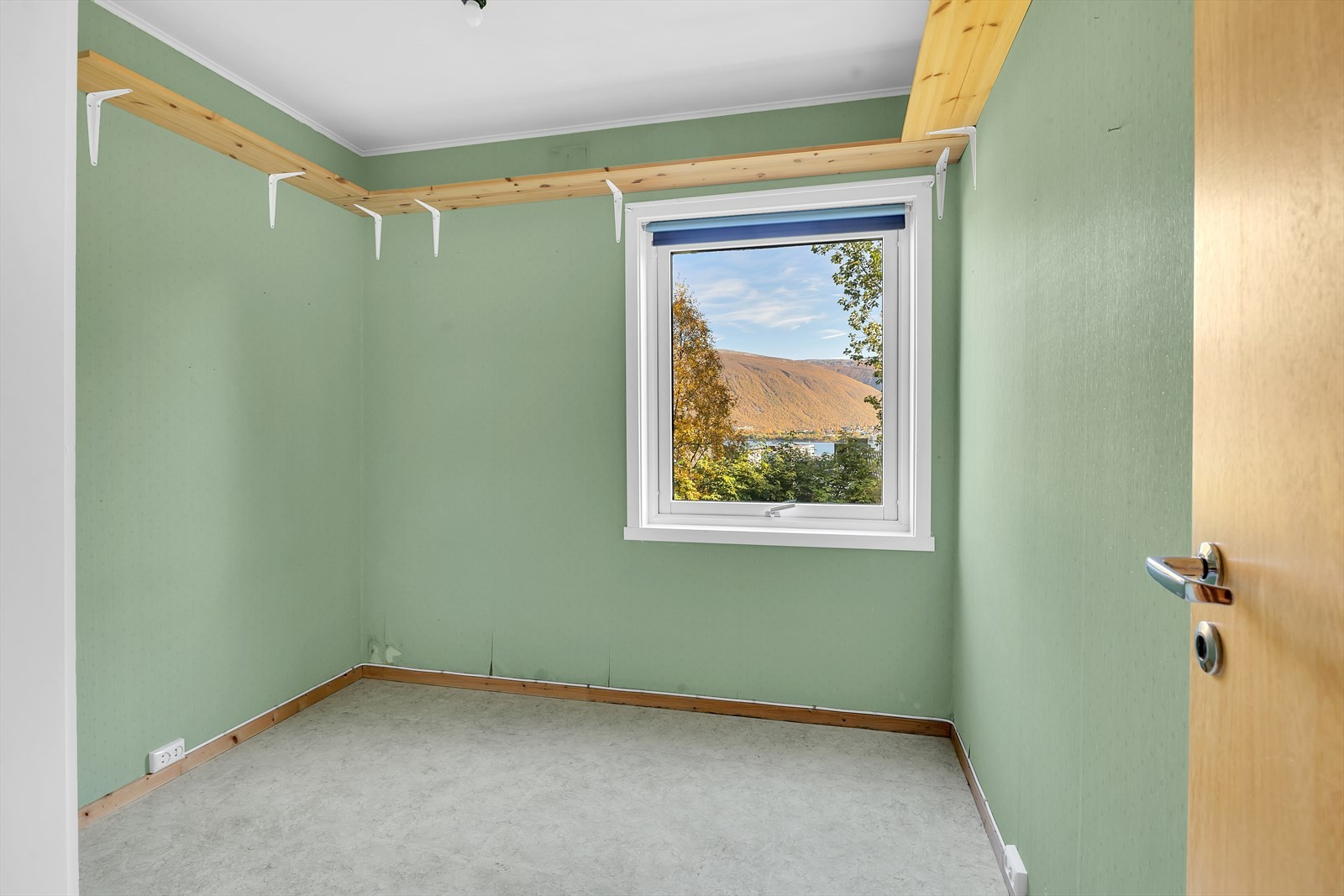 Fin utsikt fra soverommet, som ellers kunne trengt seg noen strøk maling og kanskje nytt gulv?
