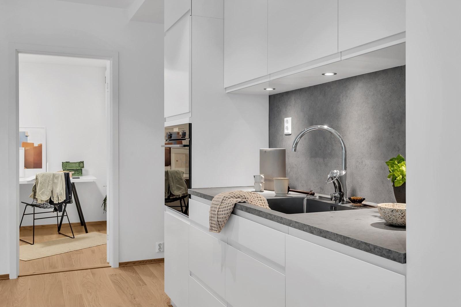 Kvik kjøkken med intrigerte hvitevarer - down lights under overskap