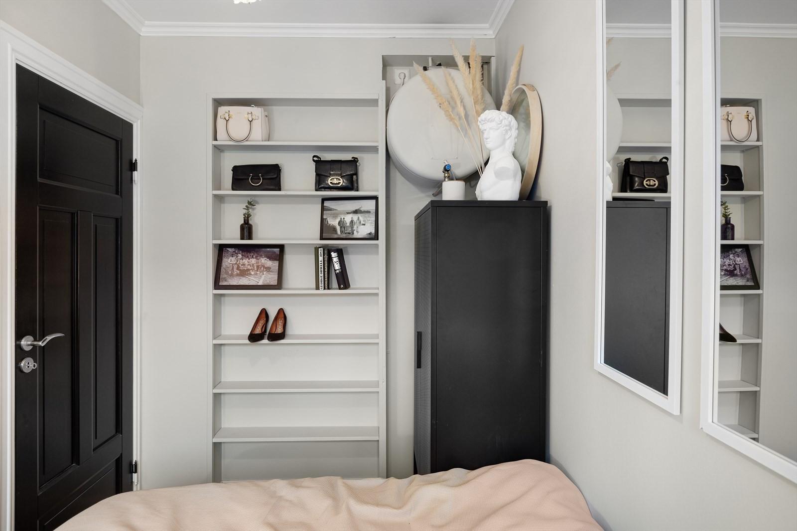 Smart innfelt hylle i vegg og plass til skap.