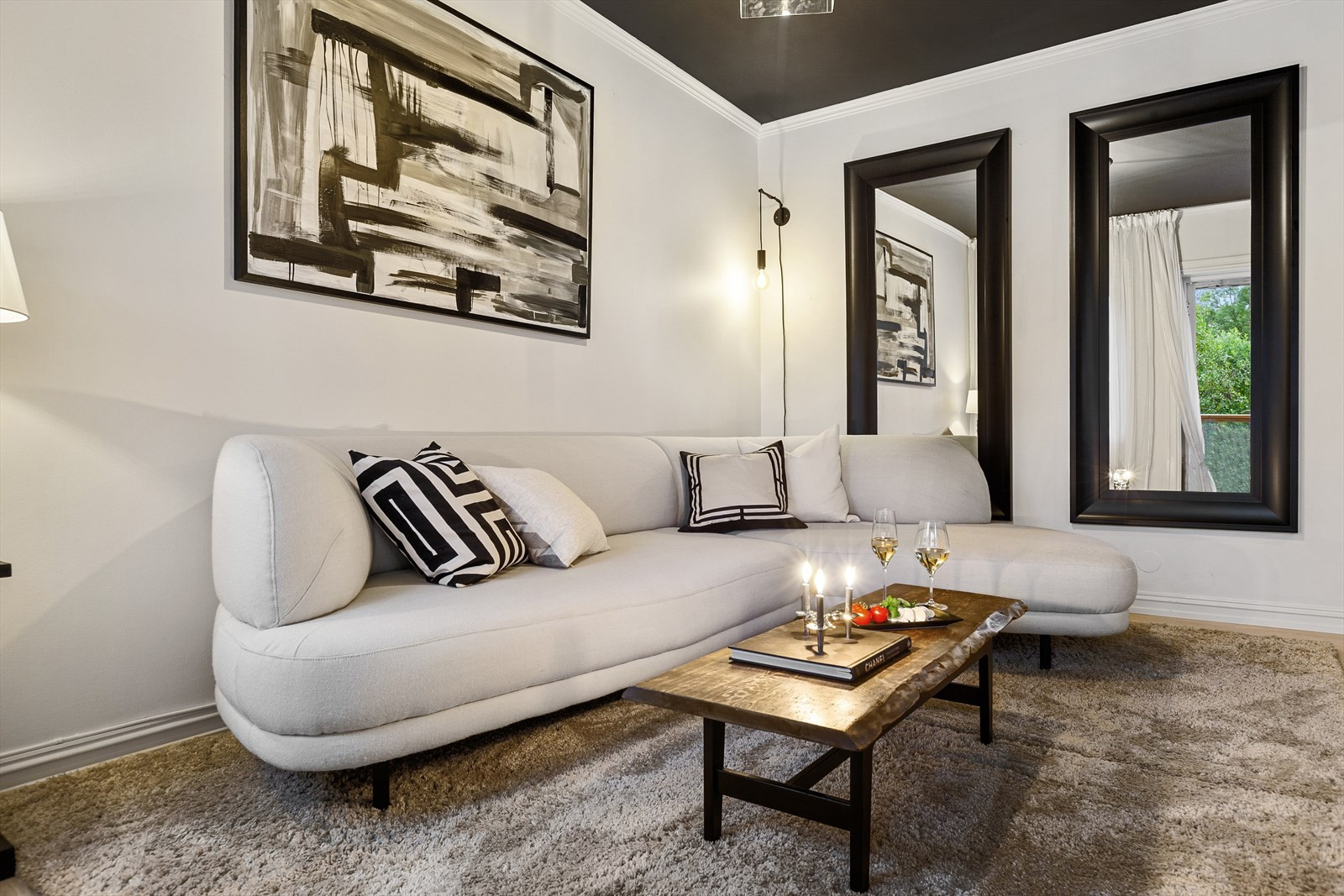 Stuen har god plass for sofagruppe, TV-bord og øvrig innredning.