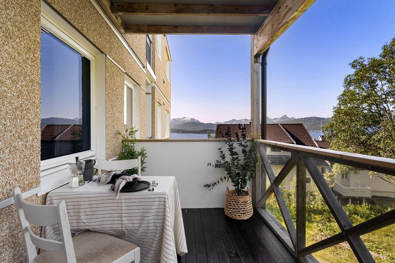 Overbygget veranda som ligger skjermet til mot nord vest.