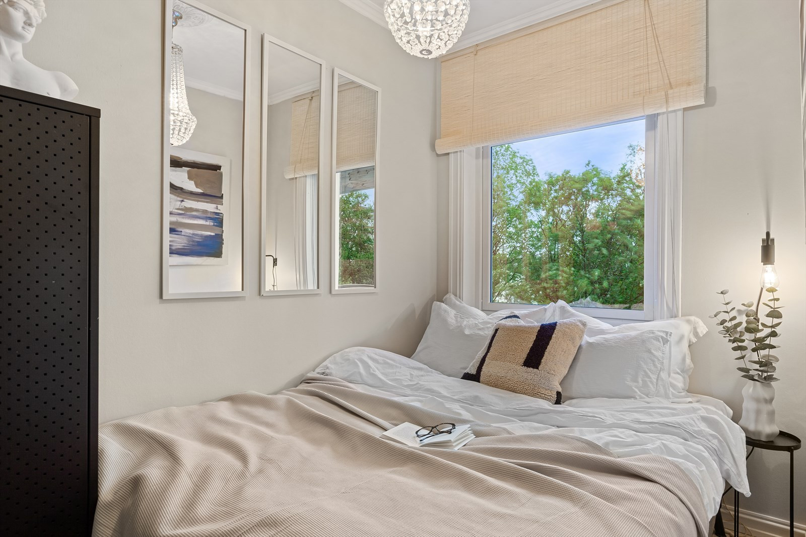 Soverommet har plass til dobbeltseng (1,5m) og vender ut mot stille og rolige omgivelser.