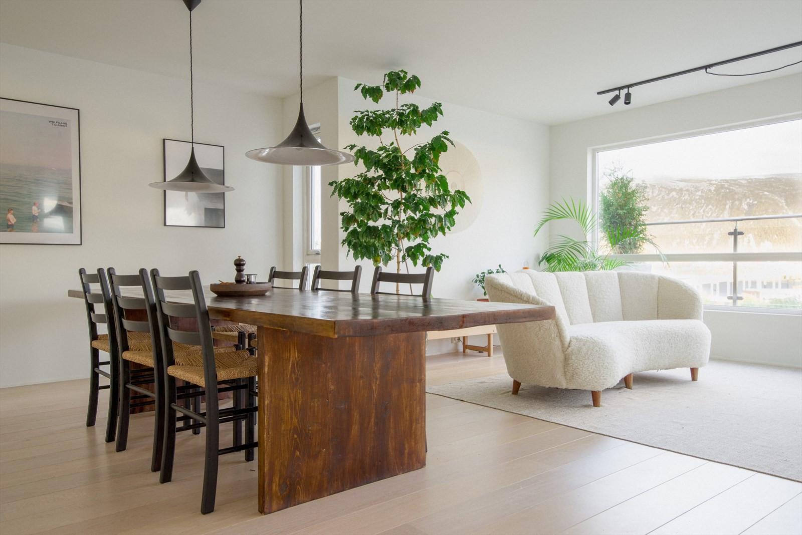 Det er god plass til spisestue mellom kjøkkenet og dagligstuen