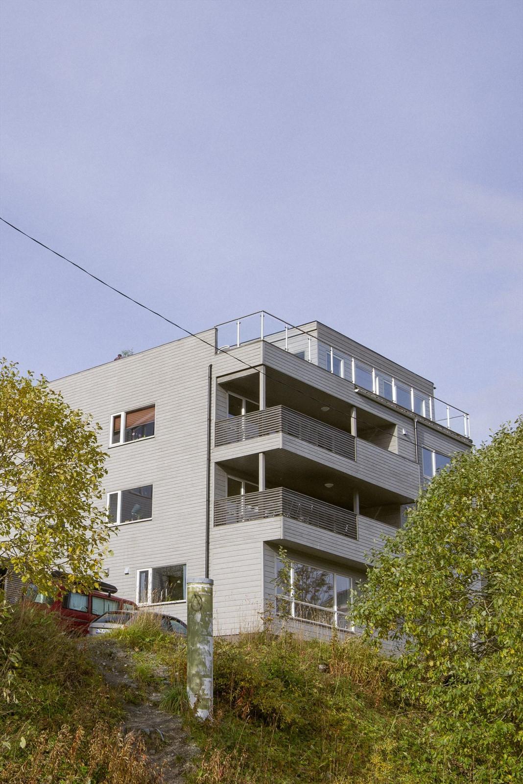 Bygget er fra 2008 og ligger avskjermet til i rolige Parkgata
