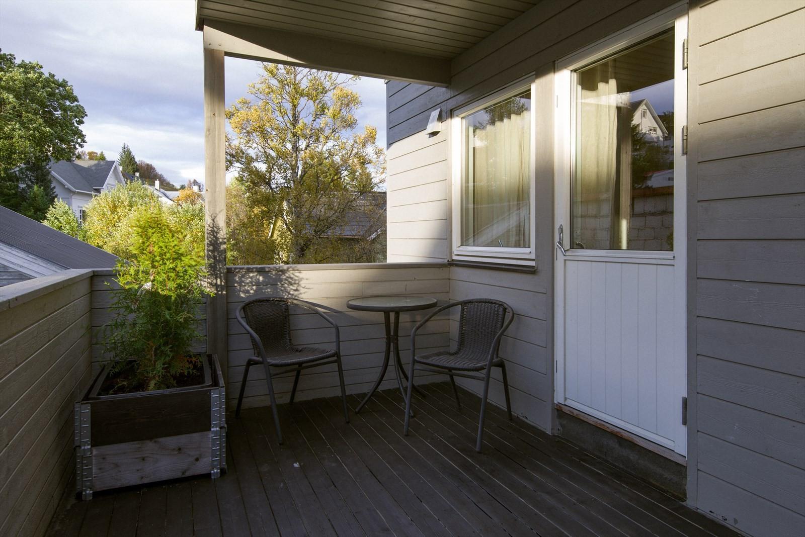 Fra hovedsoverommet kan en gå ut til overbygget vestvendt veranda