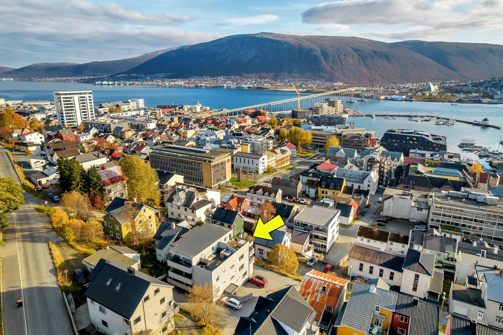 Beliggende med utsikt over byens tak, mot sundet og fastlandet!