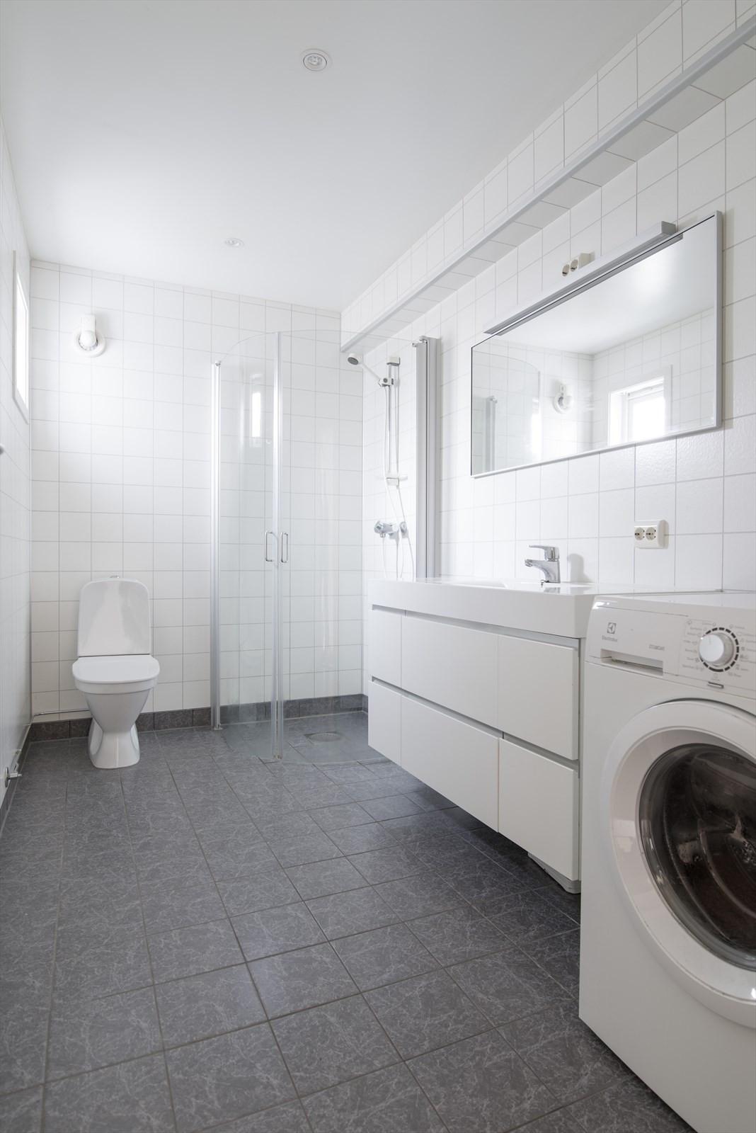 Badet er praktisk med opplegg for vaskemaskin og tørketrommel