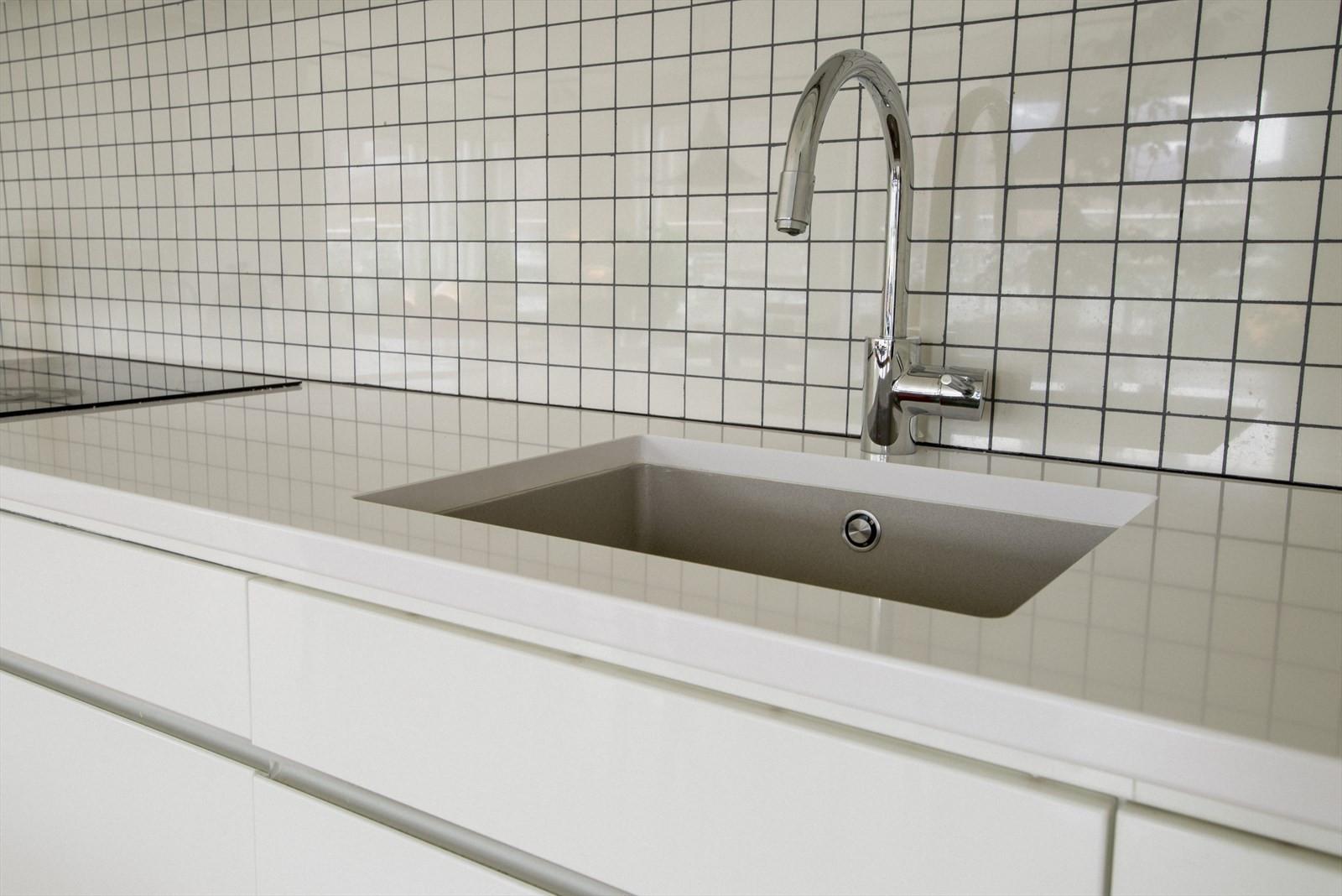 Nedfelt vask i benkeplate av kvarts kompositt av merke Silestone