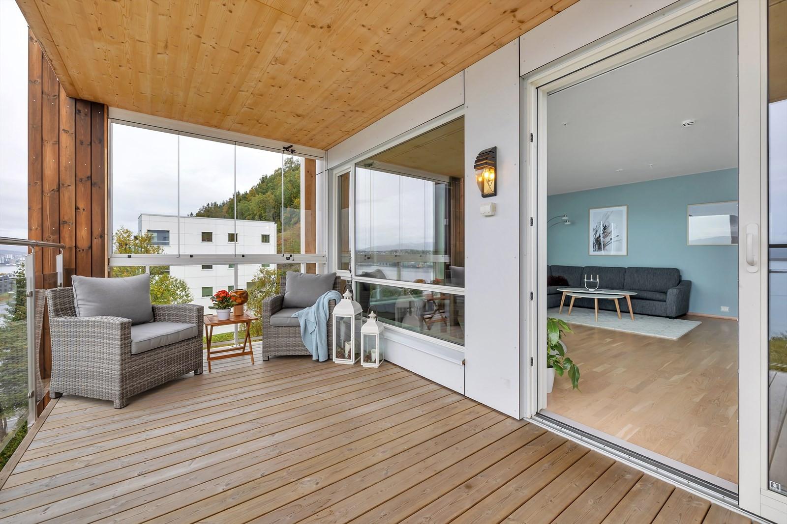 Skyvedør inn til stuen. Det er montert vinterhageglass mot nord slik at du sitter lunt hele sommerhalvåret