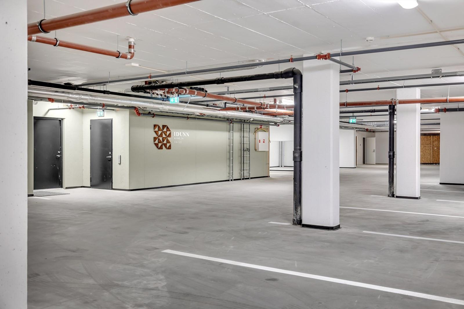 Garasjeplass i felles garasjeanlegg - heis opp til leiligheten