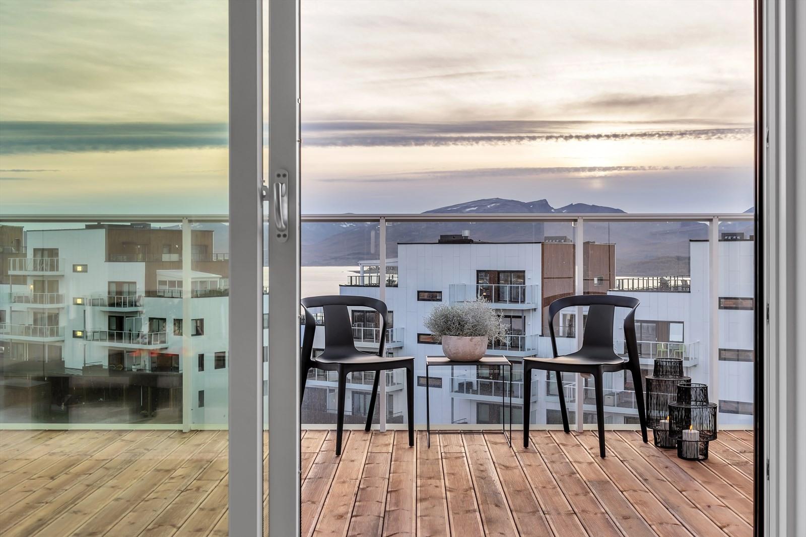 Utgang til vestvendt veranda med gode solforhold og fantastisk utsikt