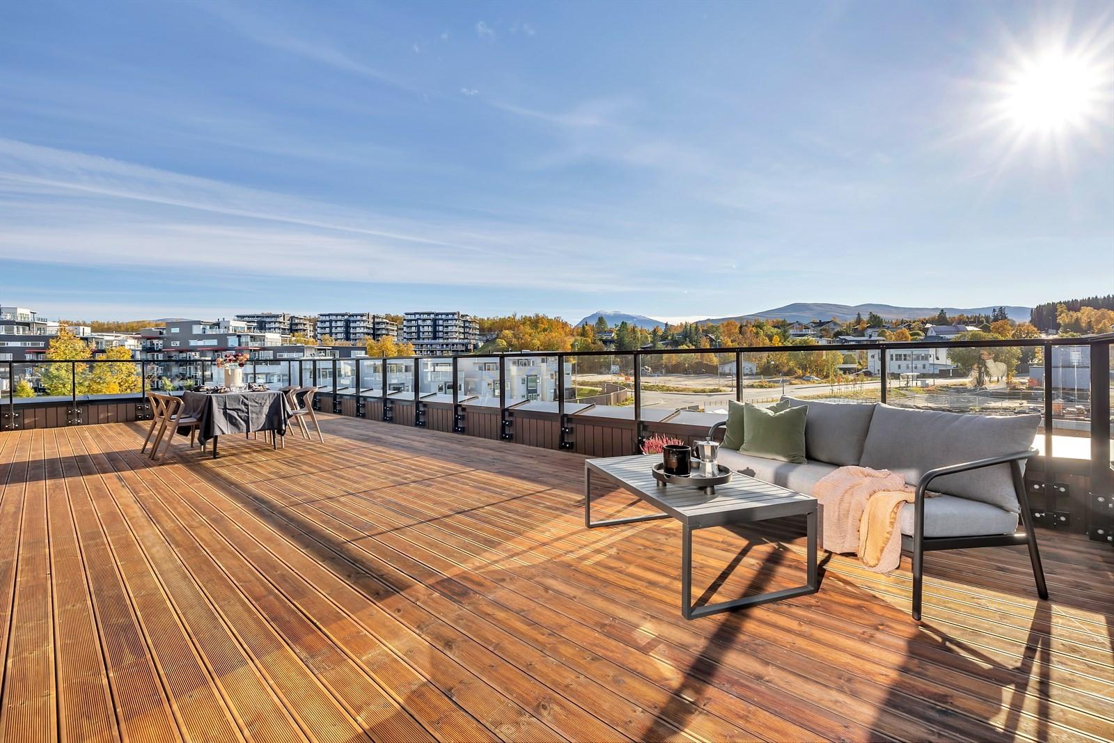 60 kvm terrasse mot sør med fantastiske sol- og utsiktsforhold