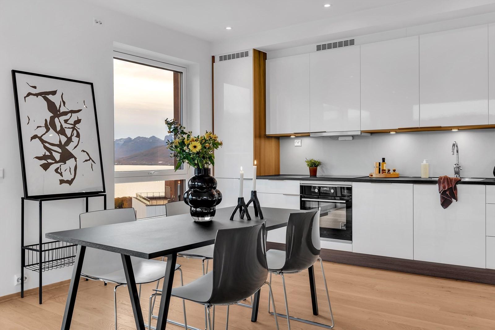 Kjøkkeninnredning i hvit høyglans med fine detaljer
