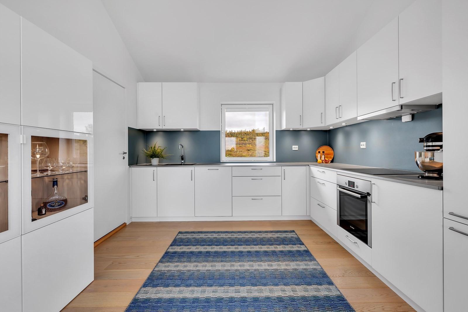 Romslig kjøkken med integrerte hvitevarer. Svært god benke- og skap plass.