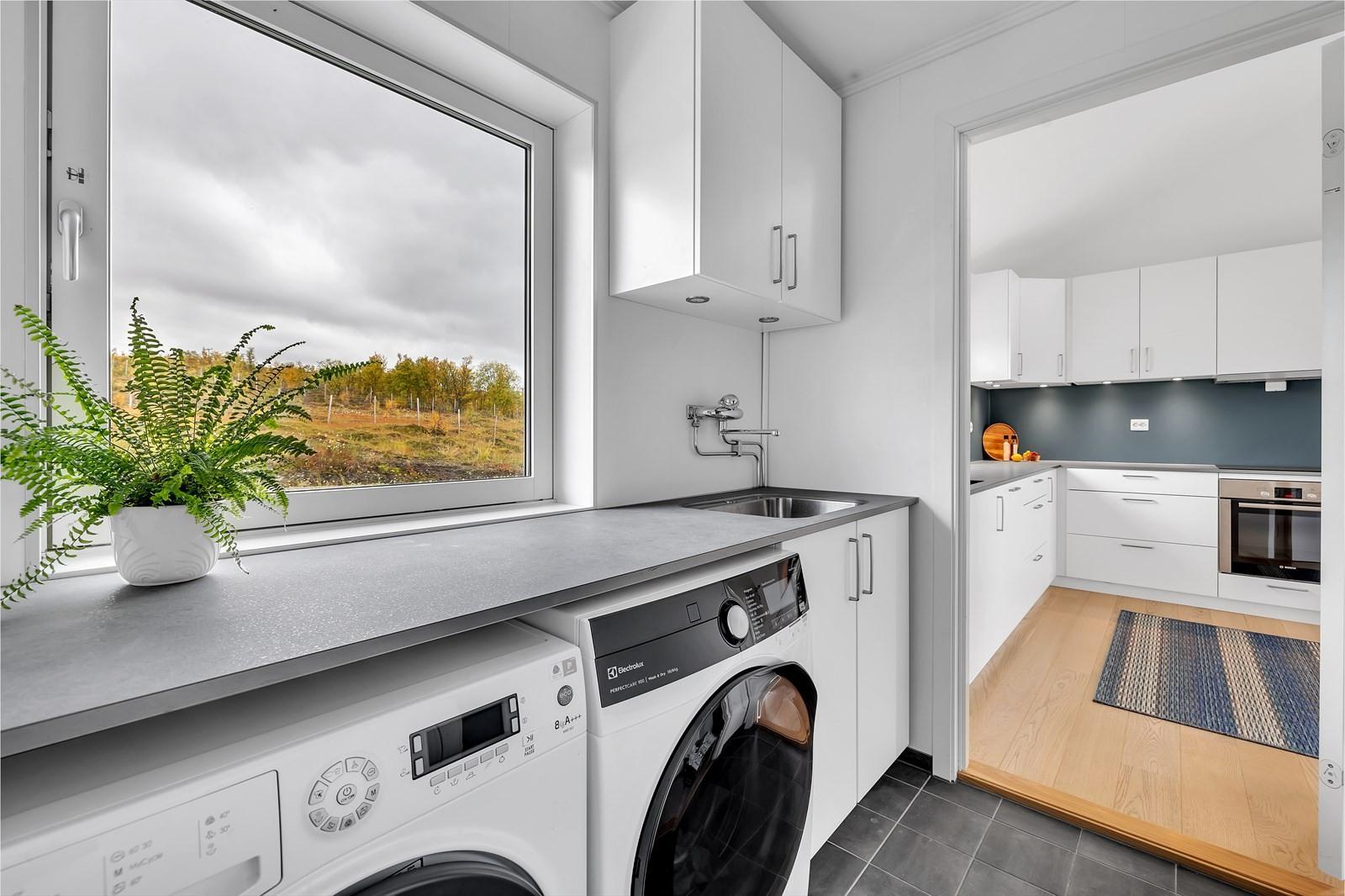 Praktisk med vaskerom ved kjøkken. Opplegg til vaskemaskin, plass til tørk, benk og utslagsvask.