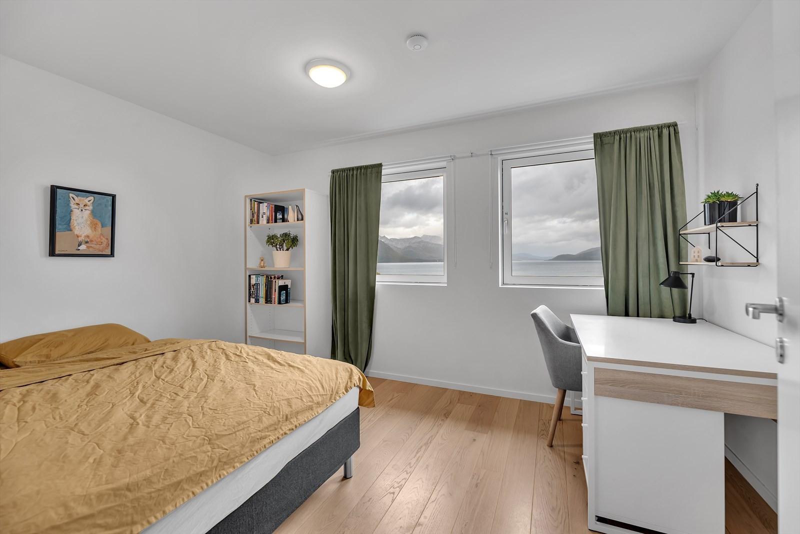 Soverom. Merk de mange vindu og vindusflater  som gir en lys og trivelig atmosfære.