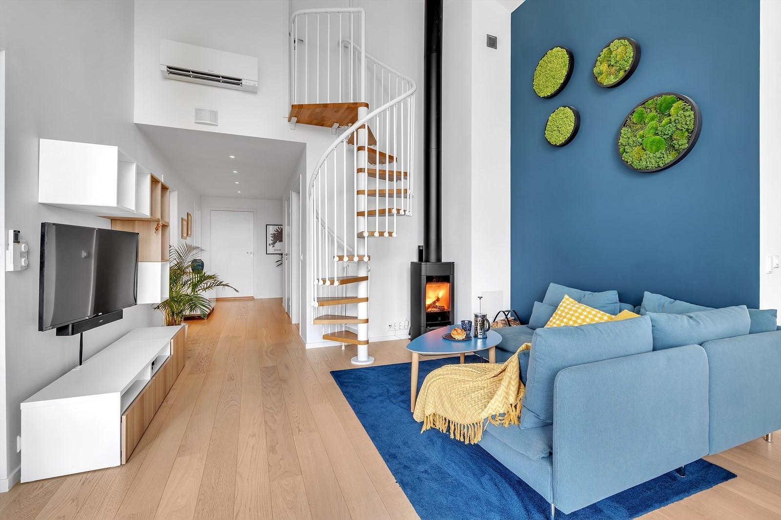 Arkitektonisk og stilig innredet. Trapp opp til romslig loftsstue.