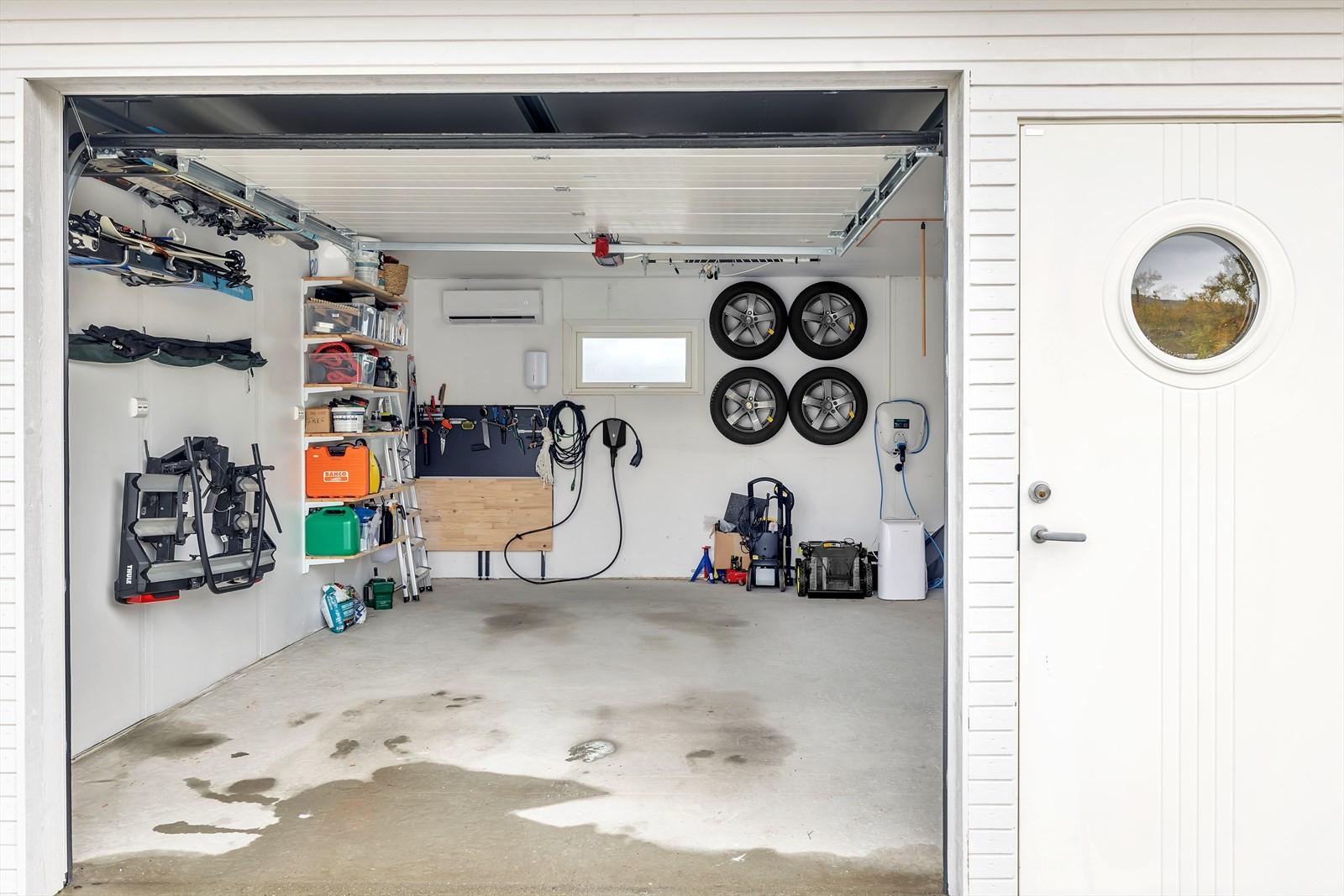 Halvpart av dobbelgarasje. Garasjen har montert varmepumpe.