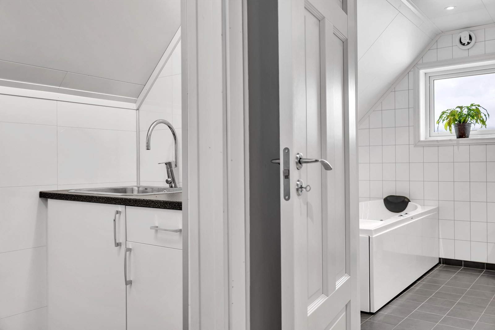 Eier har også etablert et praktisk vaskerom vegg i vegg med badet