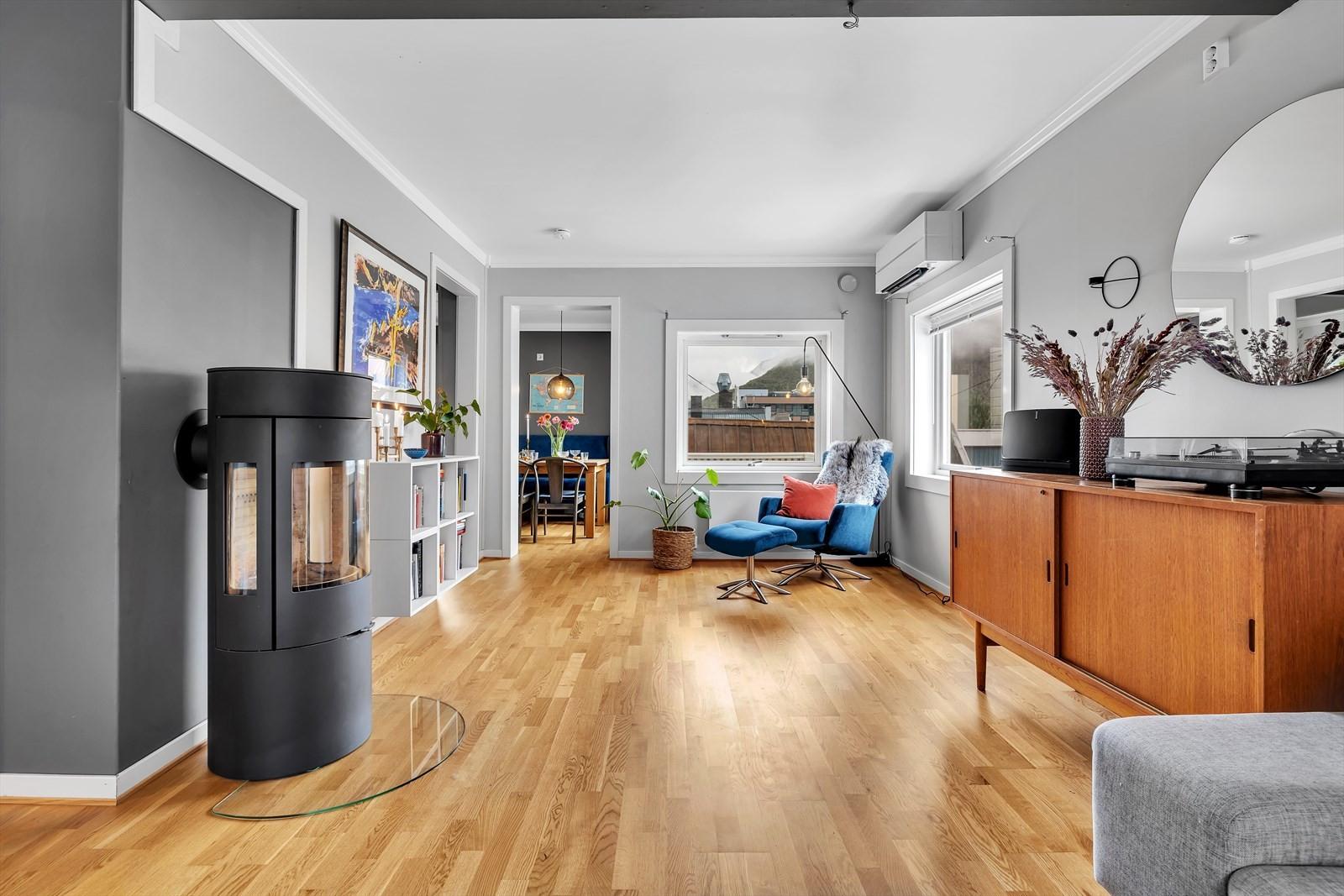 Parkgata 3 har en koselig stue med delvis åpen løsning mot kjøkkenet