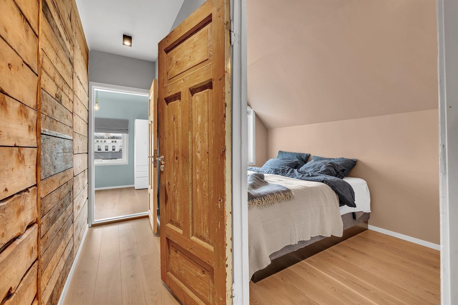 Her finner du 3 soverom!  - Legg merke til de bevarte dørene og den originale tømmerveggen