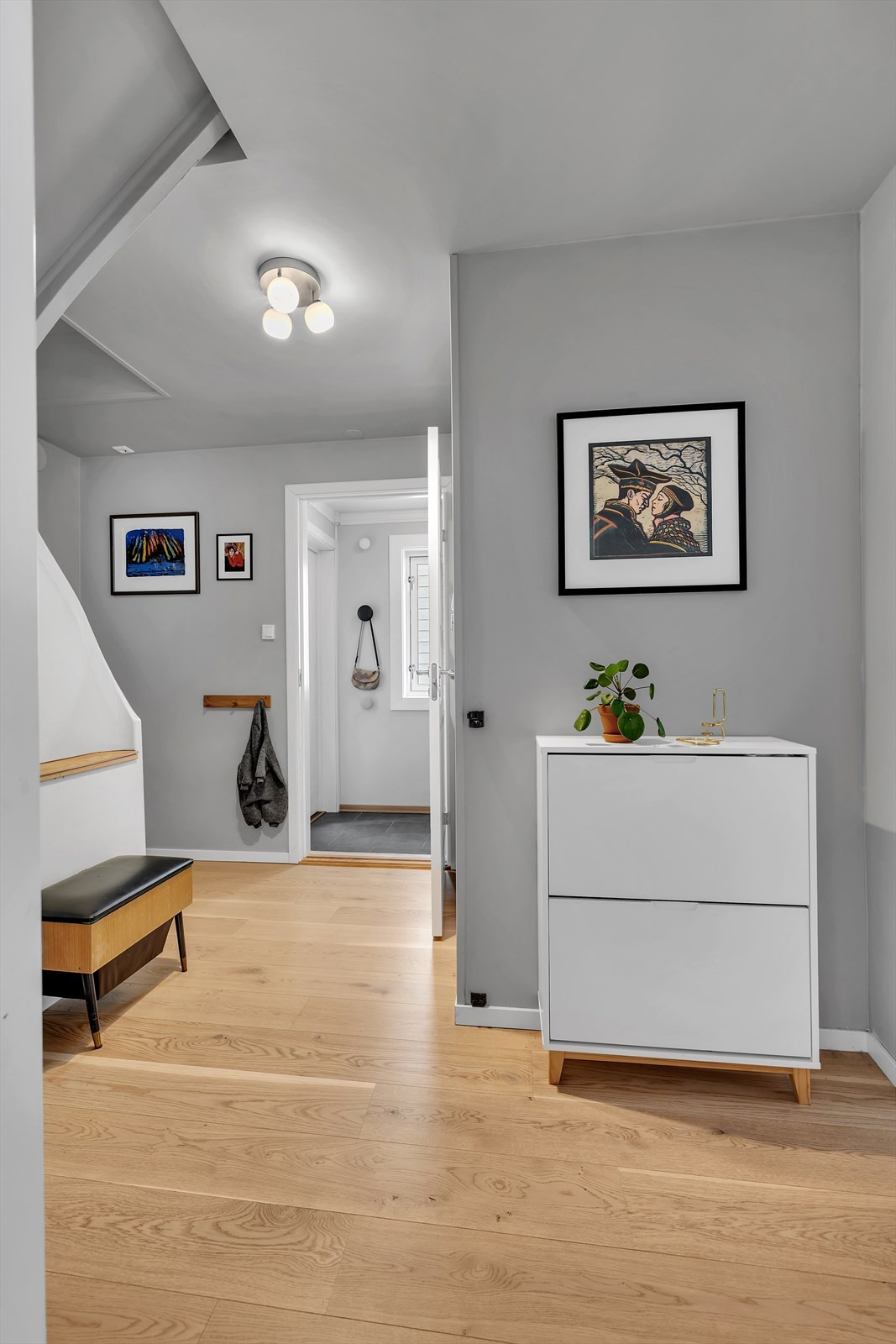 Inngangspartiet leder til denne gangen som forgreiner seg til trappegang, wc, kjøkken og stue