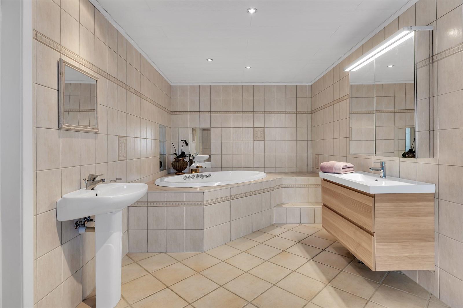 Badet i plan 1 er helt nydelig. Stort, tidløst og har både dusjnisje og boblebad.