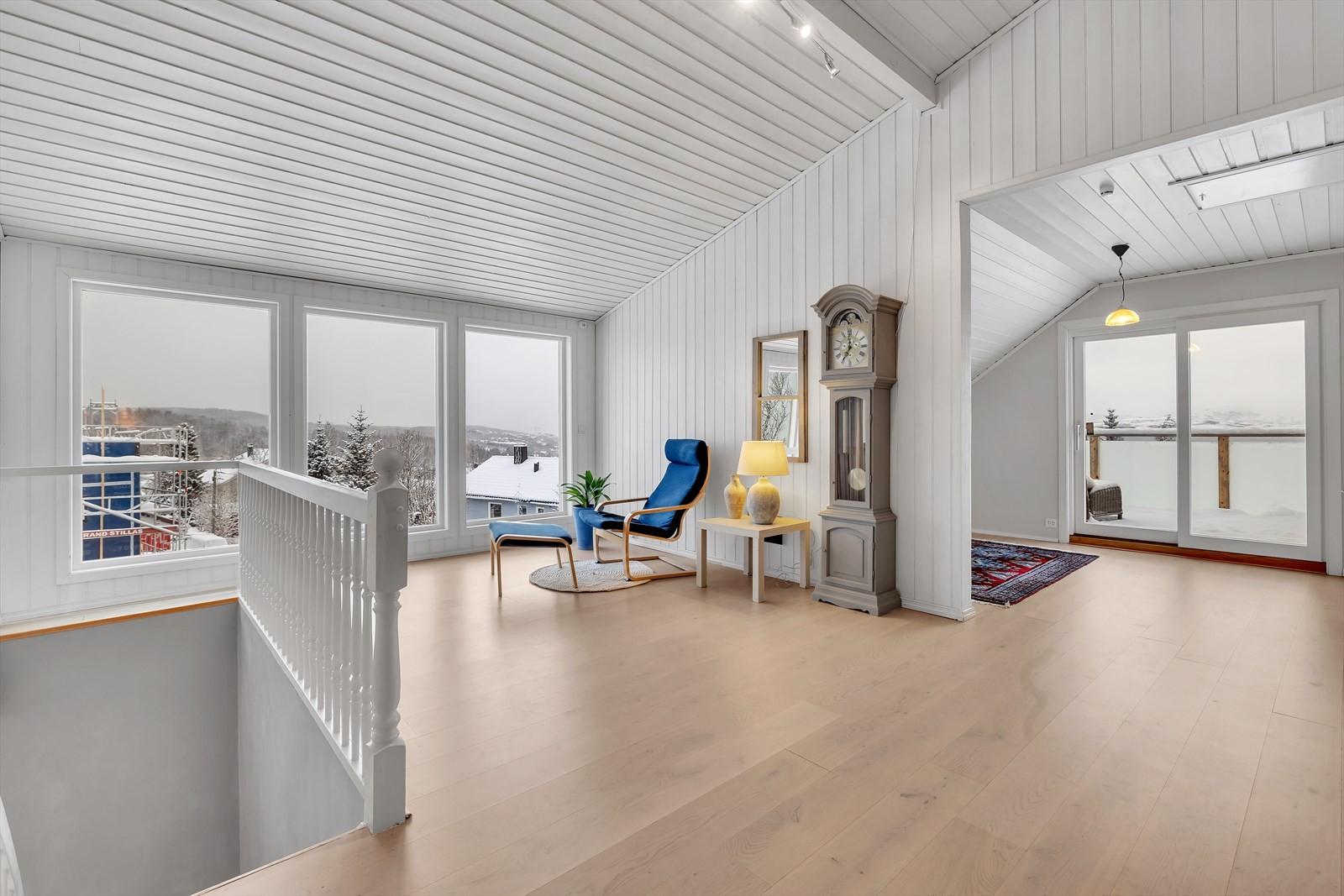 Loftstue med 3 soner så her er det god plass og nydelig utsikt fra både stue og terrasse.
