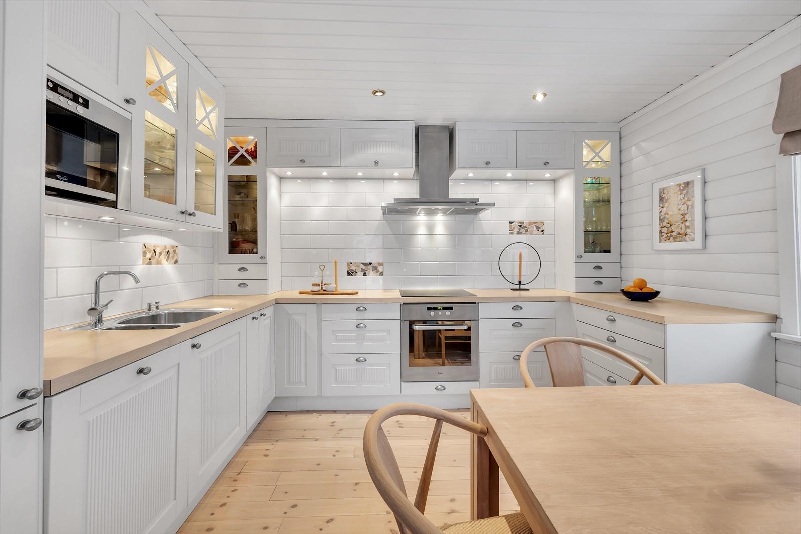 Romslig Norema kjøkken med integrerte hvitevarer. God benke og skapplass.