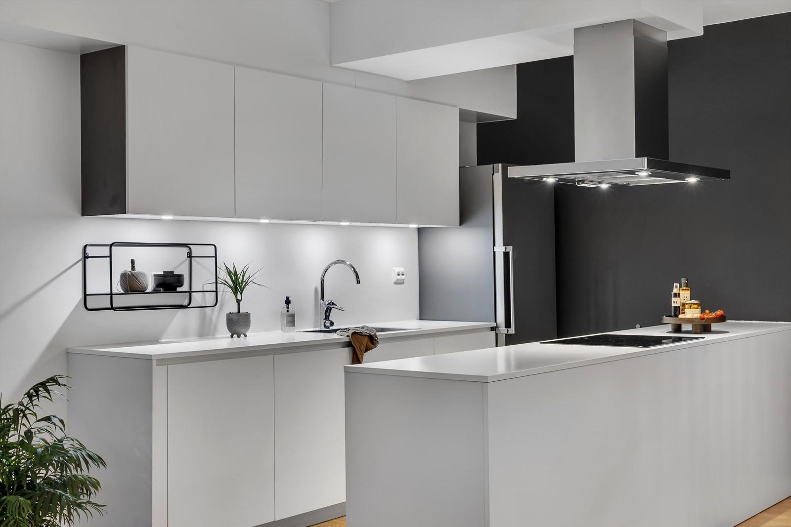 Kjøkkenet har godt med benkeplass og integrerte hvitevarer.