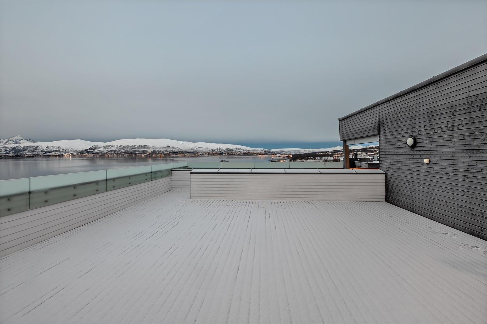 Stor felles terrasse med fantastisk utsikt og solforhold!