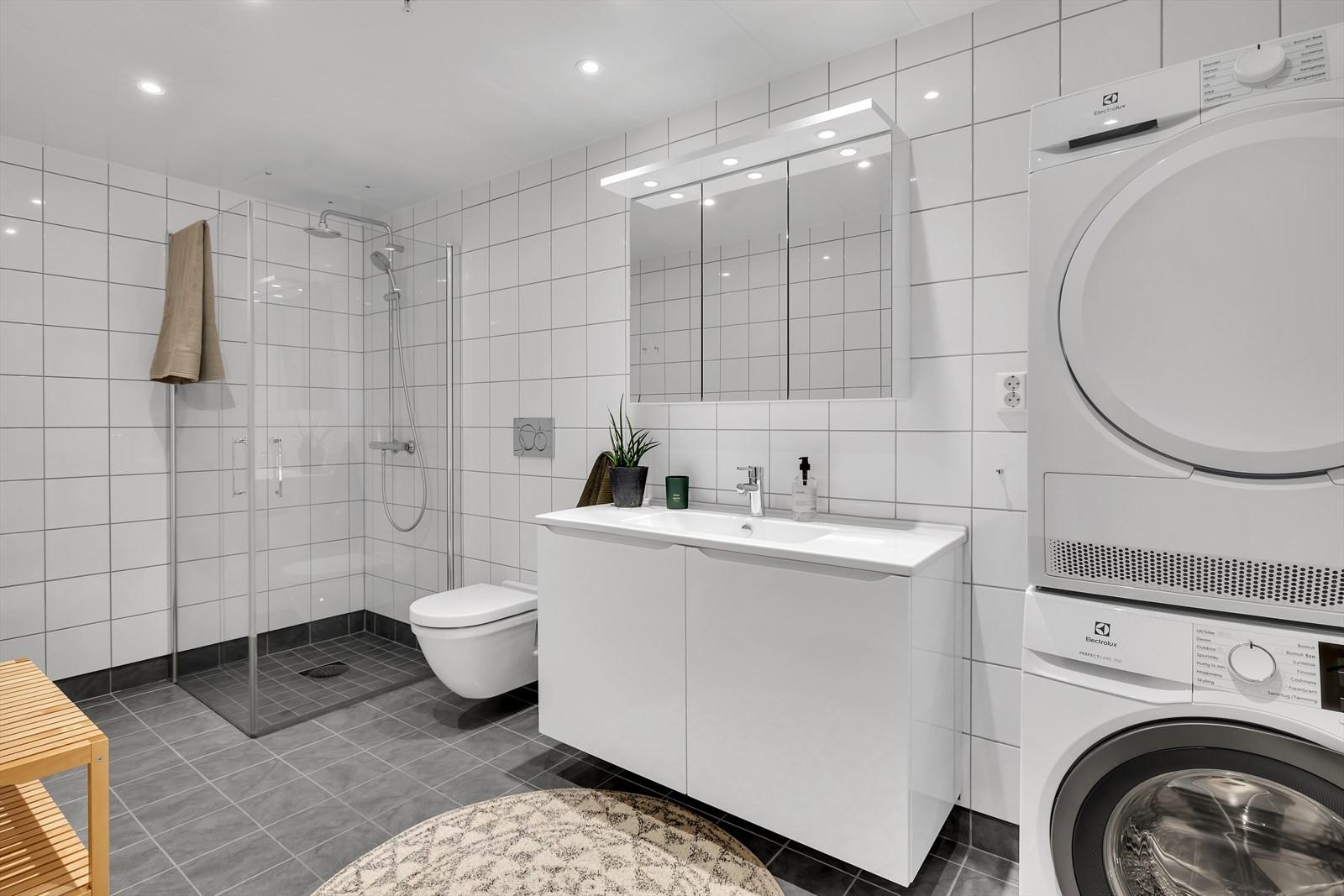 Hovedbadet er romslig med opplegg til vaskesøyle.