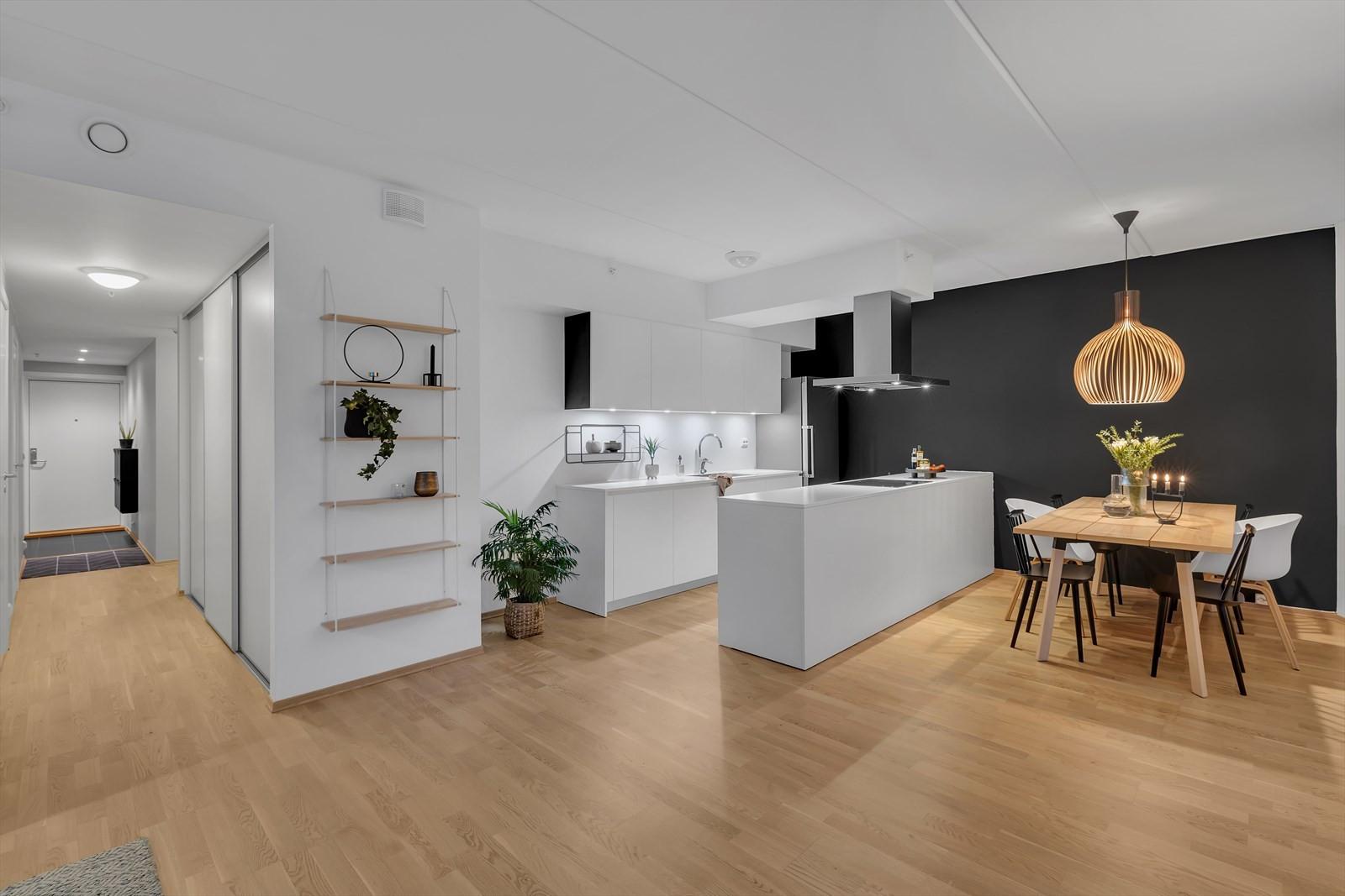 Åpen og praktisk løsning mellom stue og kjøkken.