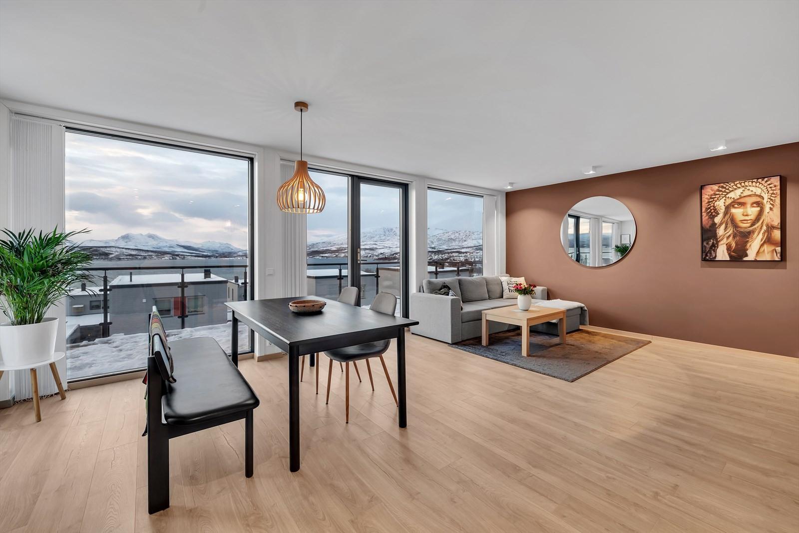 Fra stue og kjøkken er det panoramautsikt