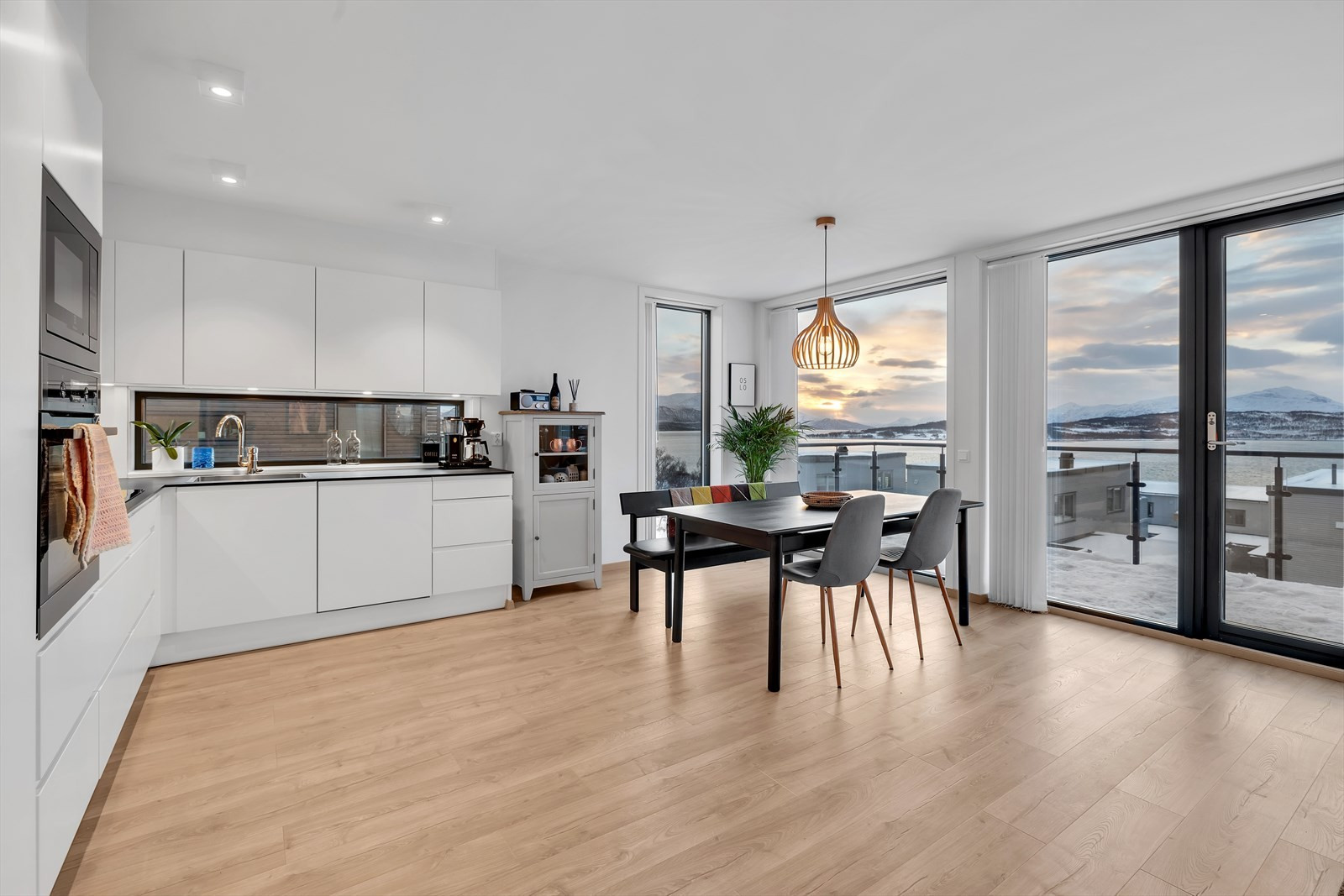 Stue og kjøkken i åpen løsning