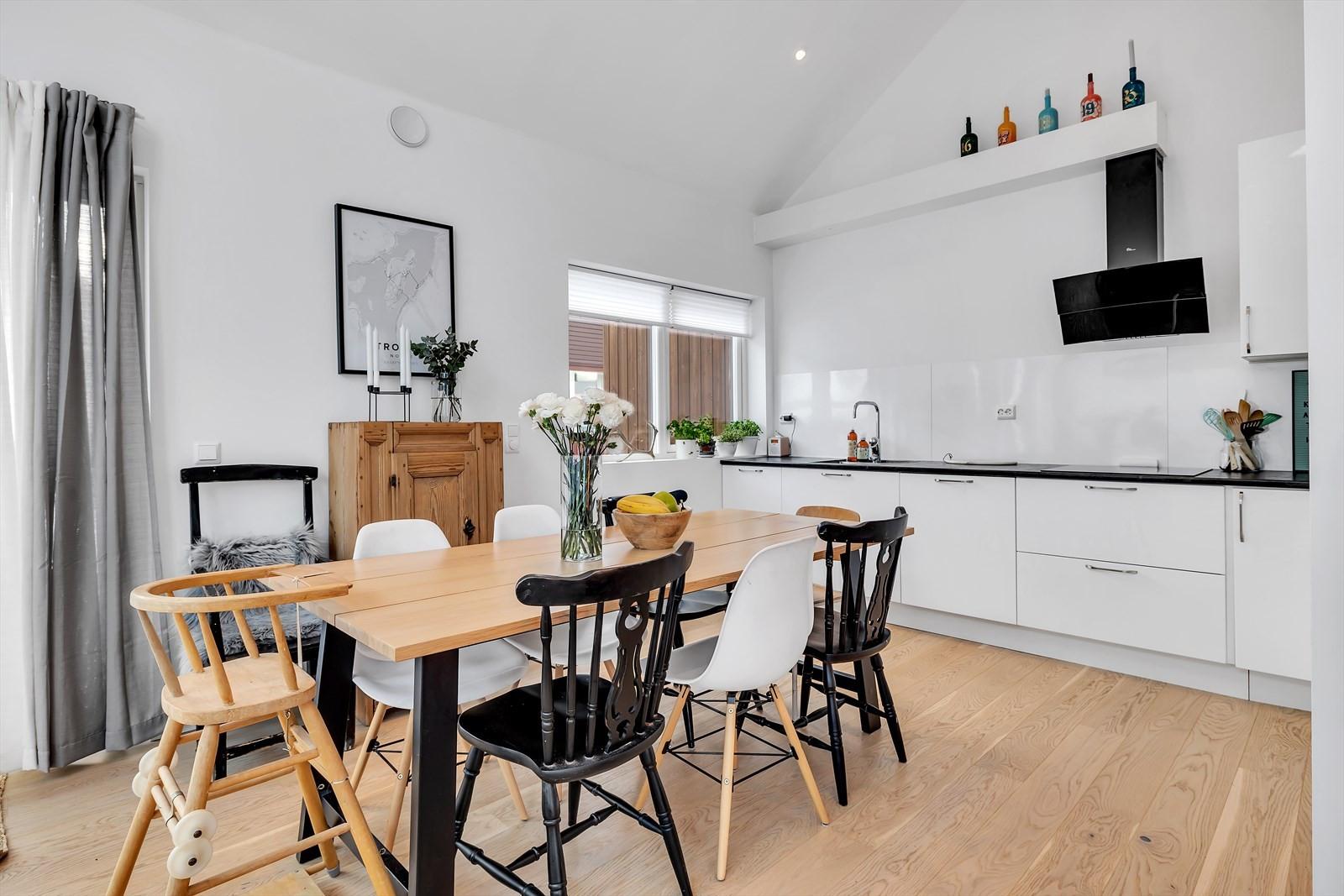 God plass til stort spisebord på kjøkkenet