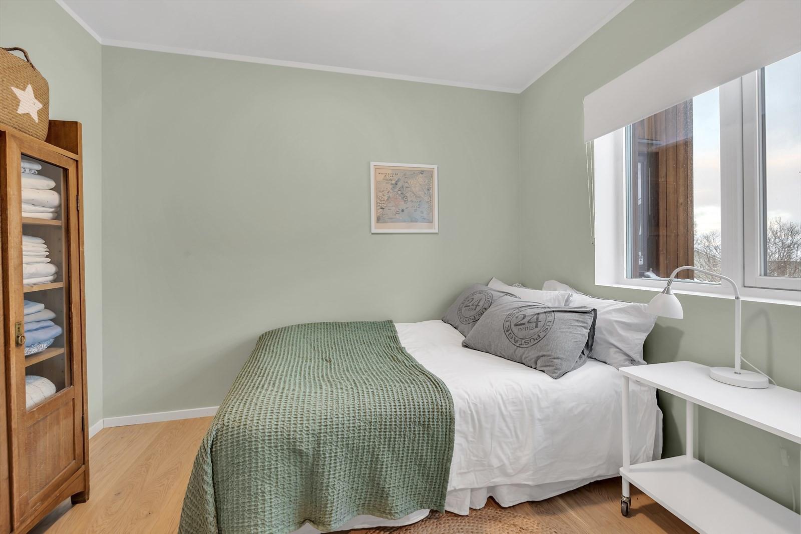 Soverommet er malt opp i moderne farger. Fin èn-stavs parkett på gulvet.