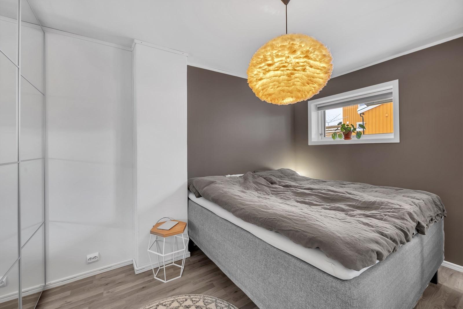 Leiligheten har 2 soverom. Bildet viser hovedsoverommet  hvor du font får plass til både dobbeltseng og garderobeskap