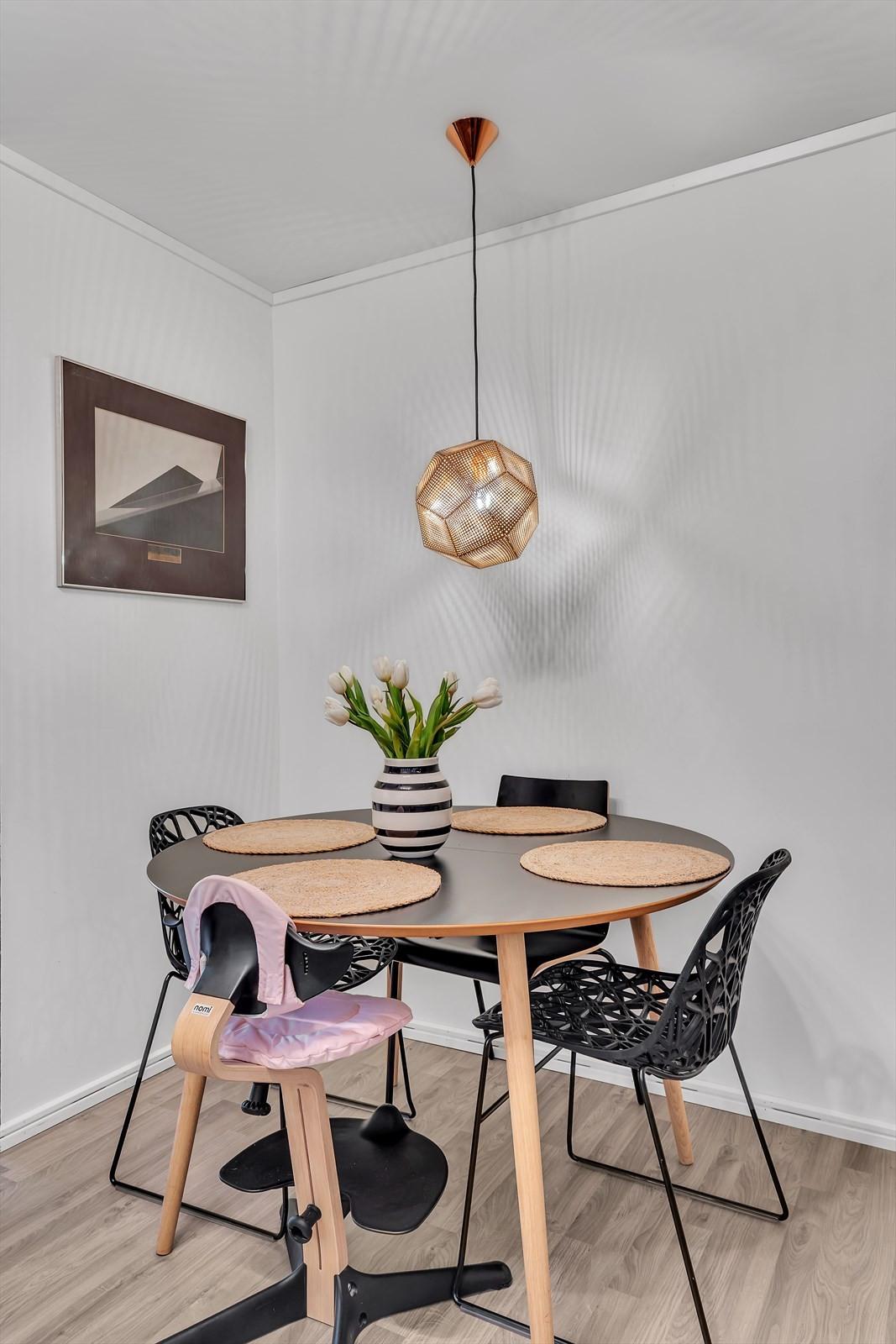 Fin plass til spisebord på kjøkkenet