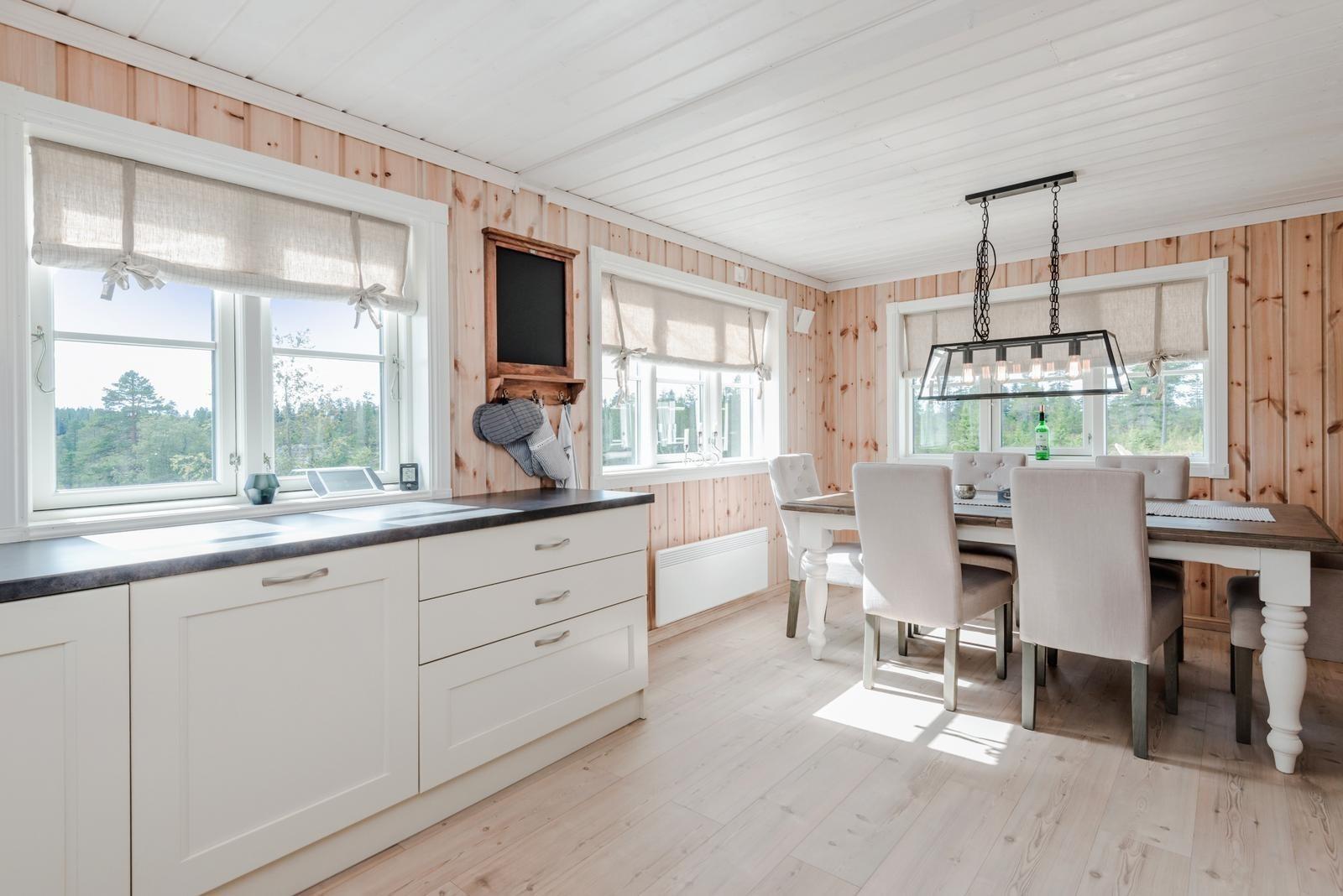Profilert kjøkken med valgfri farge fra Drømme kjøkken er inkludert.
