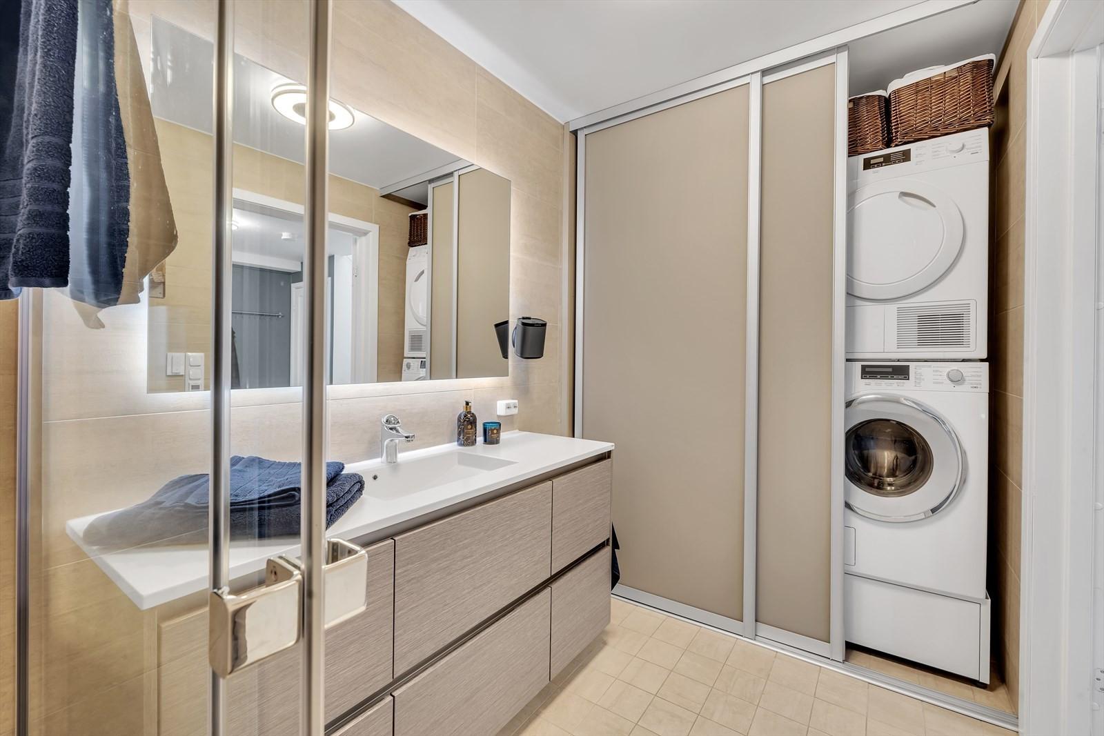 Skyvedørsgarderobe med vaske søyle - denne delen er klargjort for mulighet for badstue